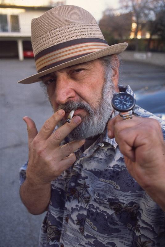 Jack Herer die aangeeft dat het 4:20 is op zijn horloge (tijd om te blowen)