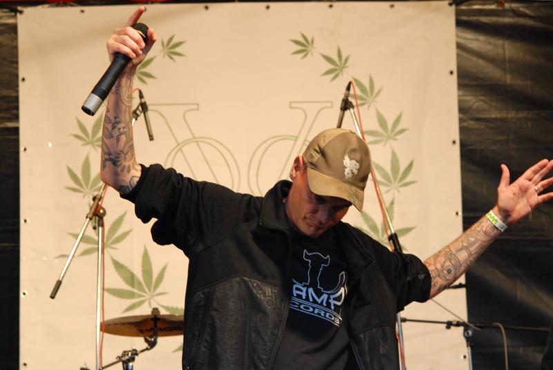 Rapper/schilder/schrijver Def P treedt bijna jaarlijks op Cannabis Bevrijdingsdag op en schrijft columns voor wietmagazines. Waar blijven de andere BN/V'ers?