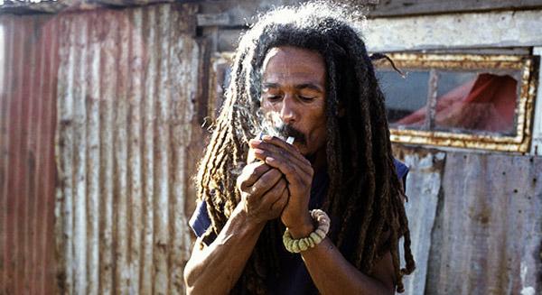 Een Zuid-Afrikaanse rasta met zijn religieus sacrament (cannabis)