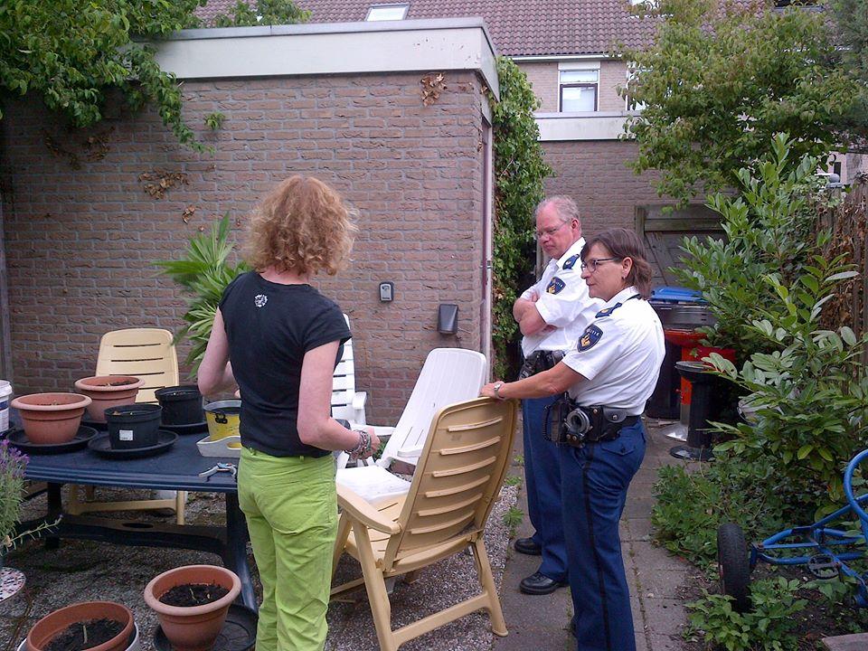 Of Michelle maar even haar plantjes wil kapotmaken waar de wijkagenten bij staan...