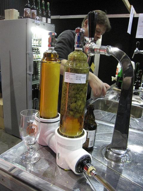 Bier dat door het ' droge hop' gaat, het zorgt ervoor dat zich een meer uitgesproken hop flavour ontwikkelt