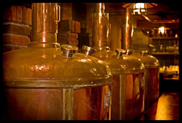 Het koken - de wort wordt gemaakt gedurende dit proces - vindt hier plaats in een grote, traditioneel koperen ketel