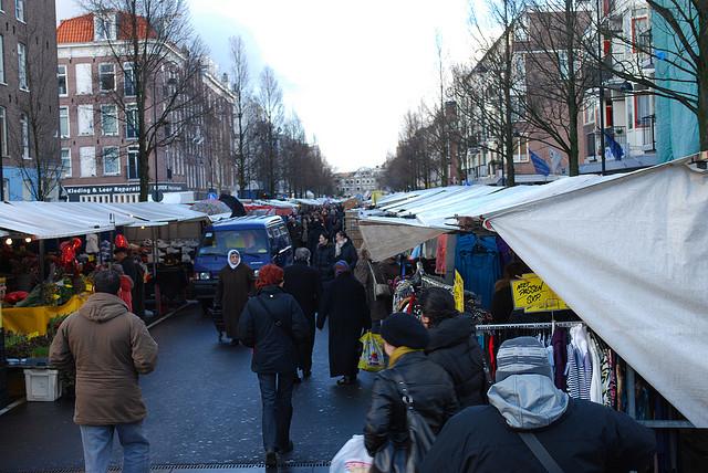 De altijd gezellige Dappermarkt in Amsterdam-Oost [foto: Kevin Gessner/Flickr]