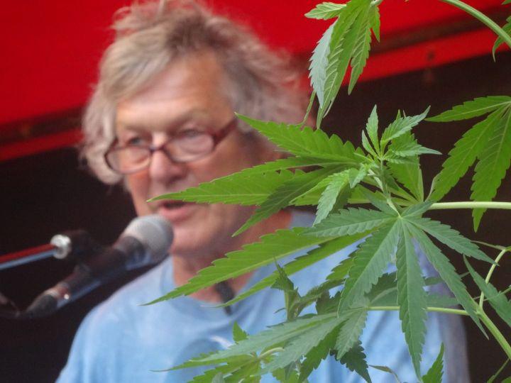 Spreker en wietkweker Doede de Jong met 1 van de wietplanten op het VOC-podium