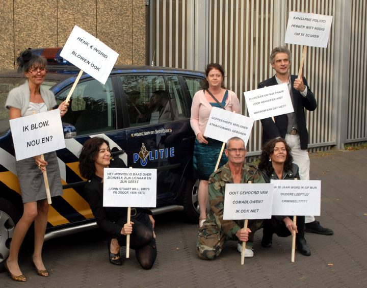Demonstratie voor de Tweede Kamer van het VOC, met 'Henk en Ingrid'-bordjes [foto: Derrick Bergman]