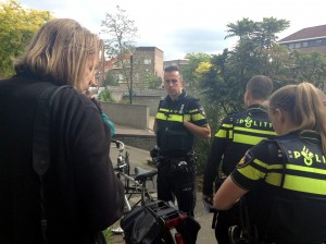 Politie-inval-VOC-01-06-2015_Derrick_in_gesprek_met_agenten_0266-300x224