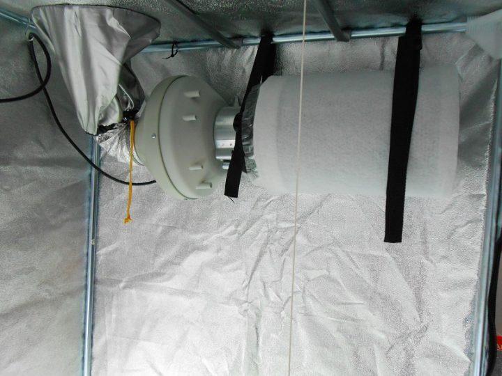 Hang het koolstoffilter en de afzuiger op met stevige spanbanden.