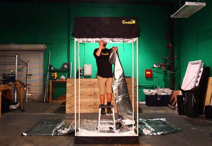Een kweektent in elkaar zetten is niet moeilijker dan een IKEA kast monteren.